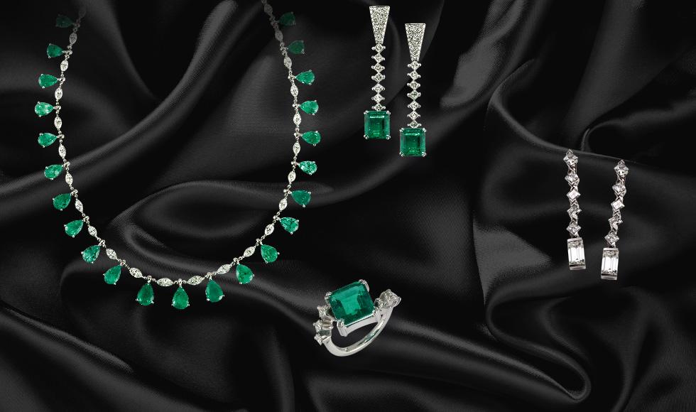 Collar, anillo y pendientes de oro blanco con brillantes y esmeraldas de la colección Victoria
