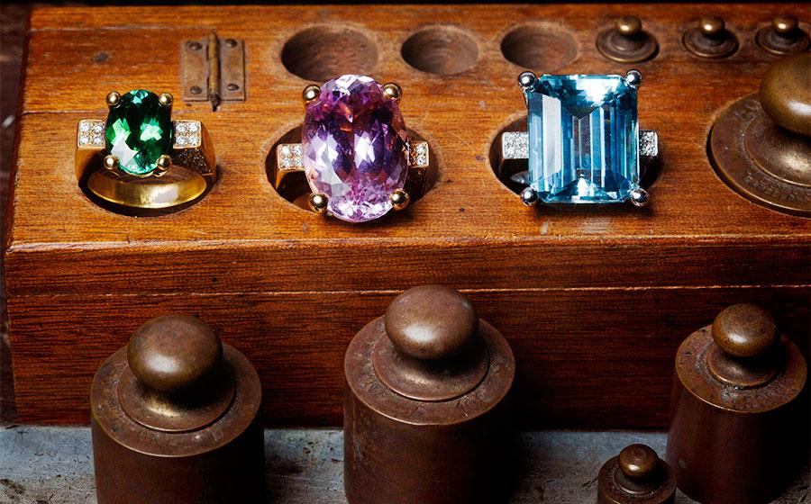 Anillos en diferentes tonalidades de oro y piedras preciosas en turmalina verde, kuncita rosa y aguamarina azul cielo