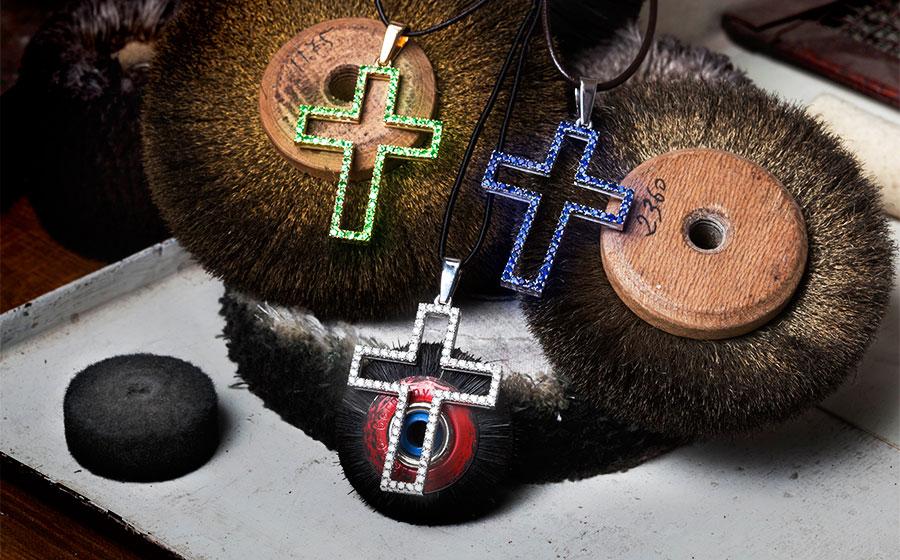 Cruces caladas en diamantes talla brillante, zafiros azules o esmeraldas verdes