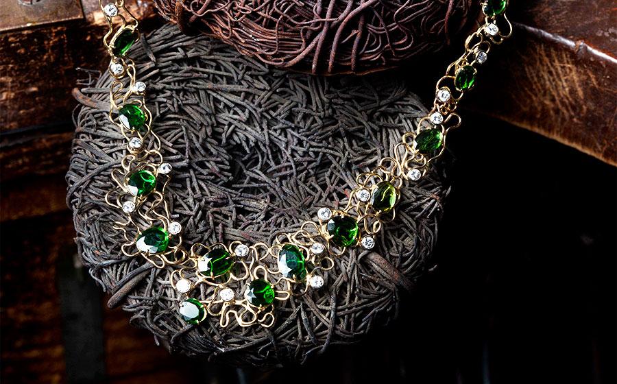 Collar de hilo de oro con diamantes talla brillante y tsavoritas verdes en forma de laja