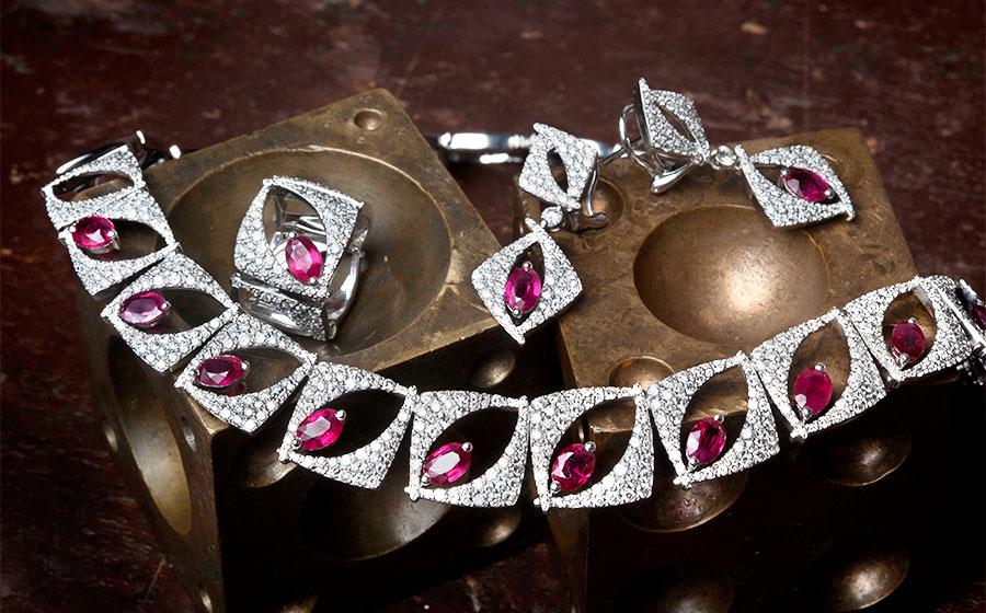 Conjunto de gargantilla, pendientes y anillo en oro blanco
