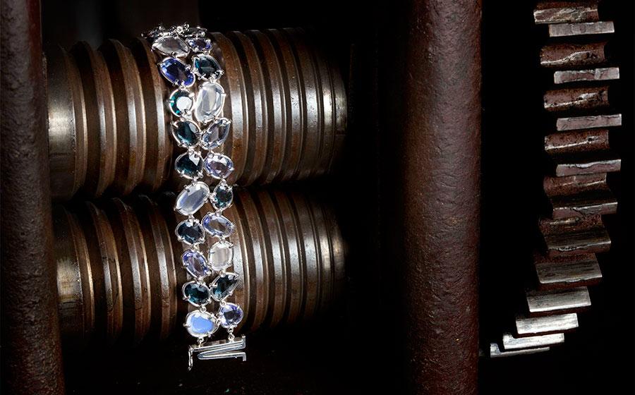 Doble pulsera en oro blanco y gemas finas, tanzanitas y piedras lunas talladas en laja