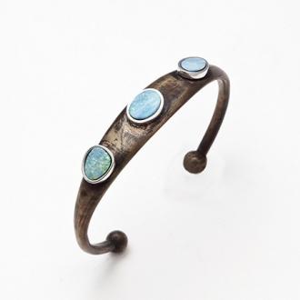 Pulsera esclava de bronce con hilos de plata y ópalos azules. Joyerías Barcelona